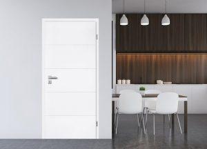 Vrata RIVA - belo lakirana z vodoravnimi utori.