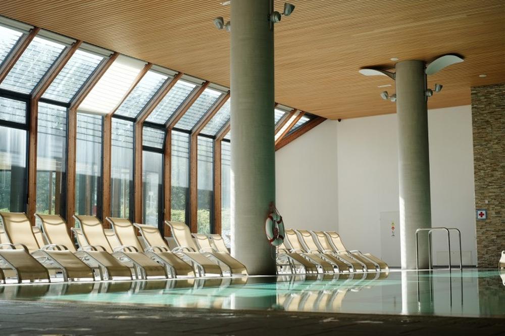 Lesen lamelni strop nad bazenom Luxalon